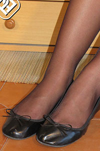 Free picture of a girl wearing ballet flats from BalletFlatsFetish.com - immagine04