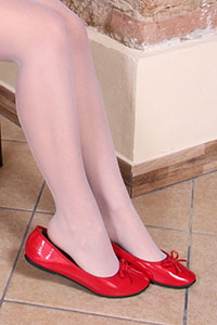 Free picture of a girl wearing ballet flats from BalletFlatsFetish.com - petramacchinadacucire06