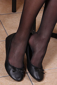 Free picture of a girl wearing ballet flats from BalletFlatsFetish.com - alessiatavolino03
