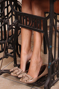 Free picture of a girl wearing ballet flats from BalletFlatsFetish.com - passione-piedi-daniela-macchinadacucire01-03