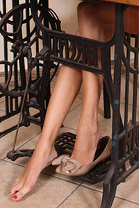 Free picture of a girl wearing ballet flats from BalletFlatsFetish.com - passione-piedi-daniela-macchinadacucire01-05