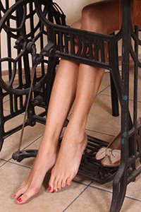 Free picture of a girl wearing ballet flats from BalletFlatsFetish.com - passione-piedi-daniela-macchinadacucire01-06