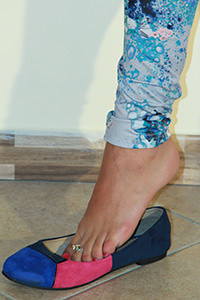 Free picture of a girl wearing ballet flats from BalletFlatsFetish.com - passione-piedi-valeria-caminetto02-03